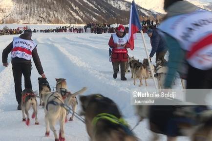 La Grande Odyssée : Mushers, handlers and sled dogs together. Bessans 2018 ©Nathalie Baldji